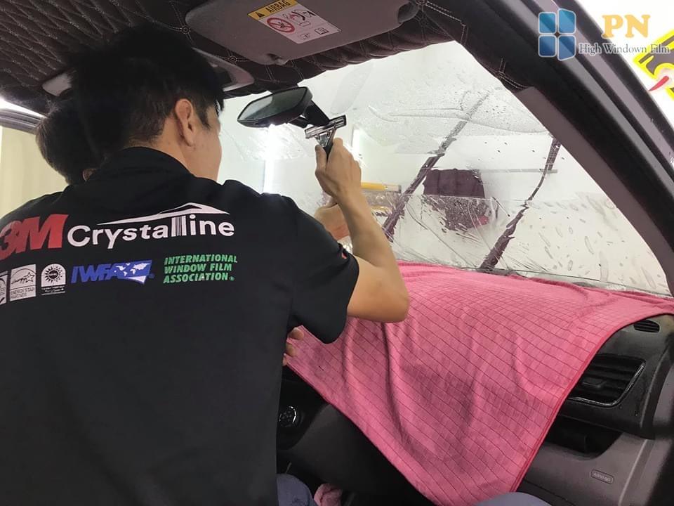 Chuyên viên kỹ thuật dán phim cách nhiệt ô tô 3m Crystalline