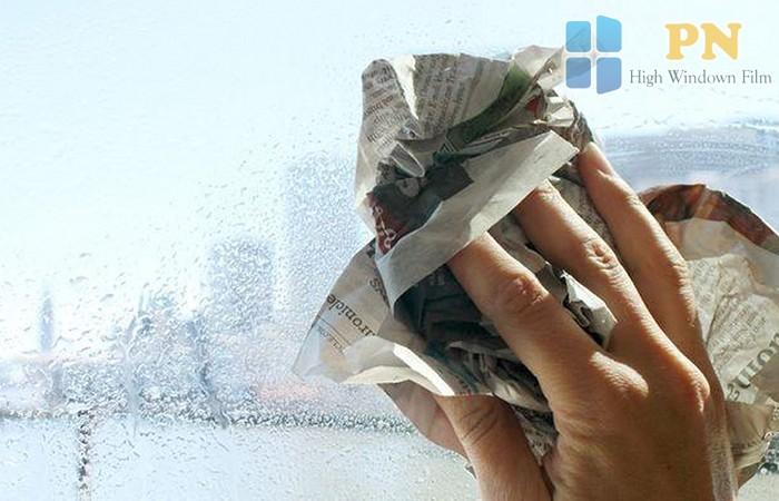 lau kiếng bằng giấy báo