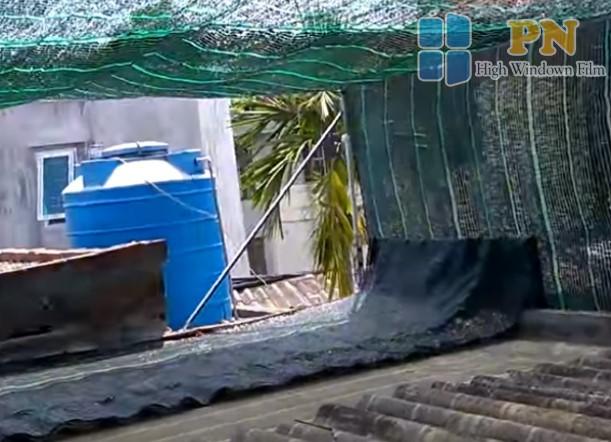 Dùng tấm bạt che phủ sân thượng giúp chống nắng