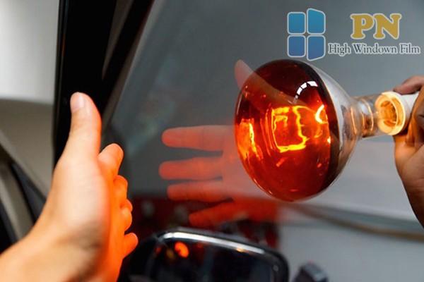 Dùng đèn hồng ngoại để kiểm tra chất lượng phim