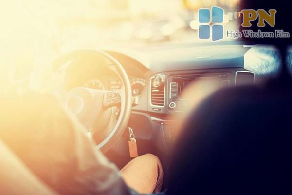 Ánh nắng mặt trời chiếu vào ô tô ảnh hưởng đến sức khỏe con người