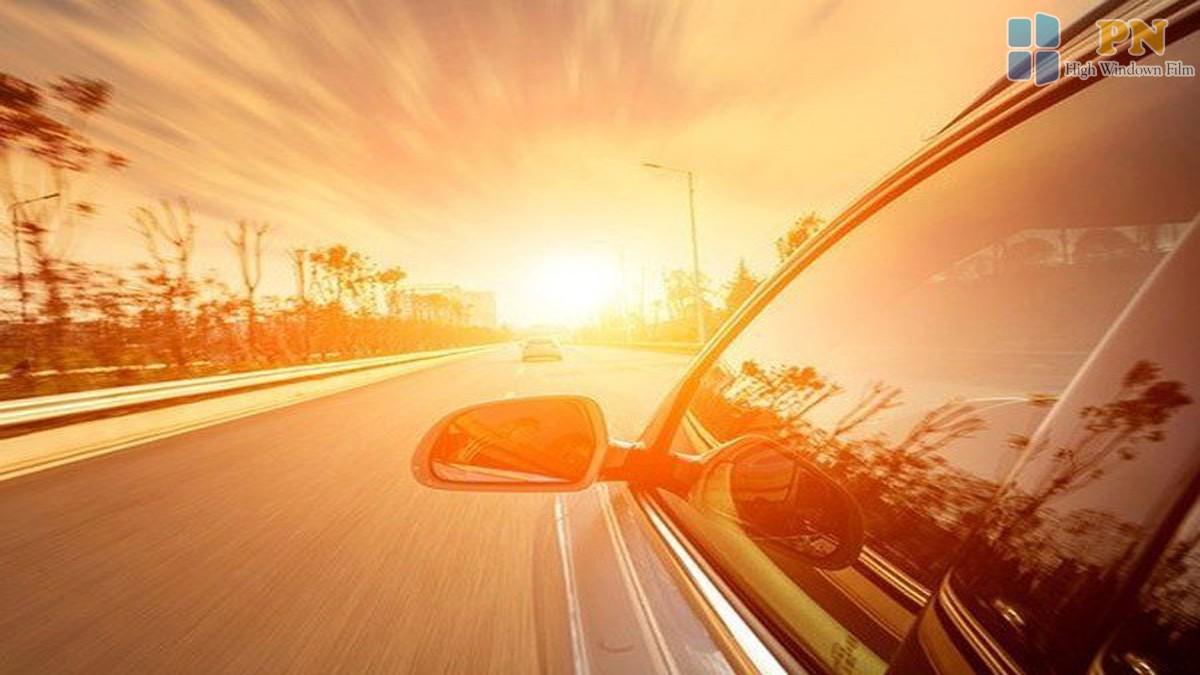 Lái xe ô tô dưới trời nắng nóng